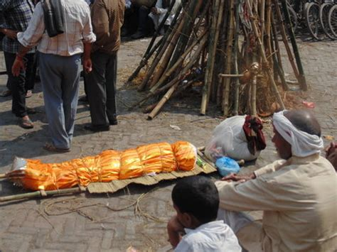 In Varanasi, a Lifetime Spent in a World of Death - The