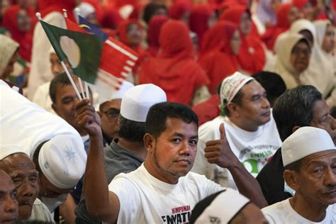 Malaysia's 2 top opposition Malay parties forge alliance